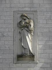 Eglise Notre-Dame - Façade principale de l'église Notre-Dame de Clisson (44). Bas relief. Sainte-Marie-Madeleine.