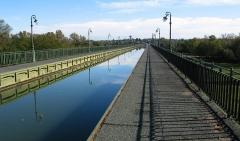 Maison à pans de bois -  photograph of the Briare canal over the river Loire