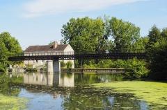 Site d'écluse et point de jonction des trois canaux de Briare, d'Orléans et du Loing, situés à Buges - Français:   Buges est le point de jonction des trois canaux de Briare, d\'Orléans et du Loing depuis 1724 (fin de la construction du canal du Loing). Situé à proximité de l\'ancienne papeterie, le site comprend une écluse, une maison reconstruite vers 1820 qui abritait les logements de l\'éclusier et du contrôleur (distribués par deux couloirs et deux escaliers) , une grande passerelle métallique de halage au-dessus du canal d\'Orléans, une seconde passerelle et un déversoir de superficie sur la rivière du Solin. (source: mérimée)