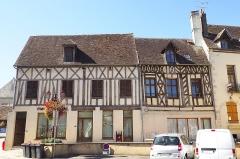 Maison dite des notaires - Français:   L\'édifice se compose de deux bâtiments distincts: une maison à l\'angle de la place et une seconde maison dite \