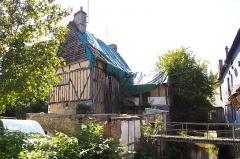 Maison dite de l'Ile du Canada - Français:   Maison à pans de bois édifiée à la fin du 17e siècle et n\'ayant subi que des modifications mineures depuis lors. Au 17e siècle, elle appartenait à une famille de magistrats. Au rez-de-chaussée, un soubassement maçonné supporte un étage en pans de bois constitué de potelets verticaux hourdés de torchis. Une aile basse a été ajoutée à l\'ouest et d\'autres constructions se sont accolées au nord. Les dispositions anciennes sont restées bien visibles. (source: Mérimée)