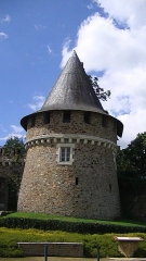 "Anciens château et "" ville close "" - English: Tower at the entrance to the Chateau de Champtoceaux"
