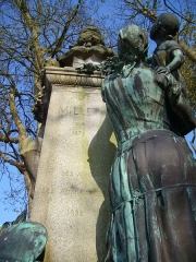 Statue de Jean-François Millet dans le jardin public, à Octeville -  Buste de Jean-François Millet situé dans le Jardin public de Cherbourg-Octeville - contre plongée.