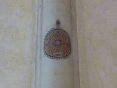 Chapelle Sainte-Croix -  Cathédrale de la Sainte-Trinité de Laval, Mayenne, Pays de la Loire. Croix de consécration.