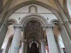 Chapelle Sainte-Croix -  Travée sous la tour-clocher de la cathédrale de la Sainte-Trinité de Laval, Mayenne, Pays de la Loire.