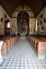 Eglise paroissiale Saint-Sixte - Intérieur de l'église Saint-Sixte de La Chapelle-Rainsouin (53). La nef vue depuis le portail d'entrée.