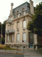 Maison - This building is en partie classé, en partie inscrit au titre des Monuments Historiques. It is indexed in the Base Mérimée, a database of architectural heritage maintained by the French Ministry of Culture,under the references PA00106181   and IA54000031 .