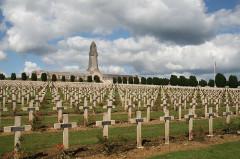 Ossuaire de Douaumont - Deutsch: Der Friedhof und das Beinhaus von Douaumont, nahe Verdun, Frankreich (Département Meuse).