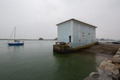 Station de sauvetage en mer de la commune d'Etel, sise dans l'extrémité sud du quai sur la rivière d'Etel - Français:  Vue sud-est de la station de sauvetage en mer d'Étel (France)