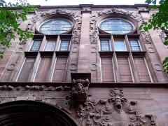 Hôtel des Arts et Métiers, dit aussi Maison des Corporations - Détail de façade, rue Gambetta.Les vitraux symbolisent les corporations. Bâtiment construit sous l'annexion allemande, de style architecture rhénane de la Renaissance.