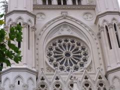 Eglise Notre-Dame du Saint-Cordon - vitrail de l'église circulaire
