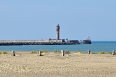 Feu Saint-Pol, situé jetée de Saint-Pol - Nederlands: Dunkerque (departement Nord, Frankrijk): vuurtoren Feu de Saint-Pol, gezien van op het strand van Malo-les-Bains