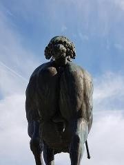 Statue de Neptune, située dans le jardin de l'Hôtel de Ville - Français:   Le cul de Neptune (Mortagne-au-Perche).