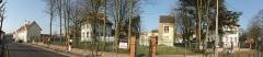 Groupe scolaire Jean Macé, ancienne habitation du directeur des écoles et ancien patronage de la cité n° 12 de la compagnie des mines de Lens dite Saint-Edouard, situés parvis de l'église Saint-Edouard et grand chemin de Loos de part et d'autre de l'églis - French photographer and Wikimedian