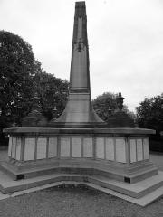 Monument aux morts de la compagnie des mines de Lens, situé à l'intersection de la route de Béthune et de l'avenue de la fosse 12 - Français:   Monument aux morts de la Compagnie des mines de Lens, Lens, Pas-de-Calais, Nord-Pas-de-Calais, France.