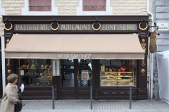 Pâtisserie Miremont - English:  Front of the pastry Miremont decorated with caryatids and corbels separated by Golden crowns.