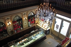 Pâtisserie Miremont - English:  The entrance to the pastry Miremont and its crystal chandeliers, seen from the gallery's first floor lounge.