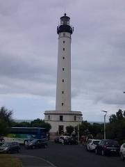 Phare de la Pointe Saint-Martin - Le phare de Biarritz est situé dans le département des Pyrénées-Atlantiques, sur le territoire de la ville de Biarritz, plus précisément à la pointe Saint-Martin, un escarpement rocheux dominant la ville. Il a été construit de 1830 à 1832 plus de cinquante ans avant l'inauguration du golf du Phare.