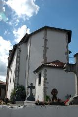 Eglise Notre-Dame de l'Assomption -  Louhossoa, l'église Notre-Dame-de-l'Assomption et les stèles. Photo prise le 03/08/06 par Harrieta171