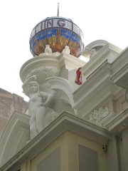 """Cinéma """"Castillet"""" - Català: Cinema Castillet (Perpinyà), decoració modernista amb globus de vidre de colors"""