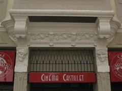 """Cinéma """"Castillet"""" - Català: Cinema Castillet (Perpinyà), decoració modernista amb rostres humans"""