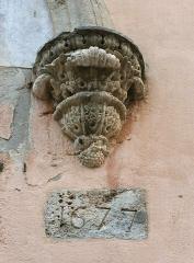 Eglise Saint-Mathieu - English: Stone corbel (dated 1677) at the portal of