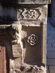 Eglise catholique Saint-Maurice -  Alsace, Bas-Rhin, Soultz-les-Bains, Église Saint-Maurice (PA67000007, IA67006055): Fragment de pierre tombale trouvée lors de travaux sur le parvis de l'église.