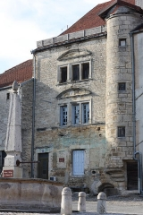Maison - Français:   Maison datant du XVIème siècle située place des Halles à Champlitte en Haute-Saône, appelée localement la maison espagnole. Référence Mérimée PA70000069