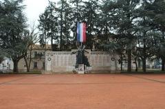 Monument aux morts - Français:   Monument aux morts du square de la Paix de Mâcon.