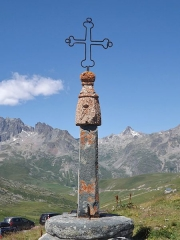 Eglise, cimetière, ancienne mairie, chapelles, croix et oratoire - English: Metallic cross of the col de la Croix de Fer pass (2 067 meters high), in Savoie, France.