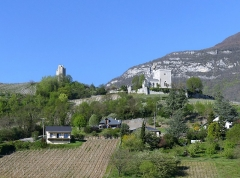 Site archéologique de Chignin - English: Sight, from the foot of the hill, of two towers of Chignin, in Savoie, France.