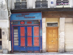 Ancien cabaret du Père Lunette - English: View of the 4, rue des Anglais in Paris. The inside of the boutique (right side of the view) possesses wall paintings of the old cabaret du Père Lunette which are registered at the Monuments historiques
