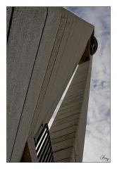 Eglise Sainte-Jeanne-d'Arc - Français:   Vue en contre plongée du clocher de l\'église. Batiment moderne, cette image ne fait que peu penser à un édifice religieux. Cadrage serré avec liseret noir et marges blanches.