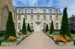 Hôtel de ville, ancienne abbaye Saint-Laon - Français:   Hôtel de Ville, ancienne abbaye Saint-Laon - Thouars, Deux-Sèvres