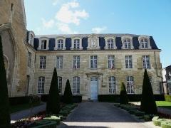 Hôtel de ville, ancienne abbaye Saint-Laon - Français:   Hôtel de ville (ancienne abbaye) de Thouars, Deux-Sèvres, France