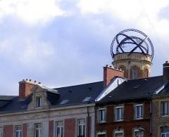 Maison Jules Verne -  Amiens (Somme, France) -   La tour de la Maison de Jules Verne vue depuis le Mail Albert 1er.   Elle dépasse les toits des maisons du Boulevard Jules Verne.