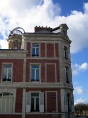 Maison Jules Verne -   Amiens (Somme, France) -   La Maison de Jules Verne (repérable à sa tour) fait angle entre la rue Charles Dubois et le Boulevard Jules Verne qui est parallèle au Mail Albert 1er.    .