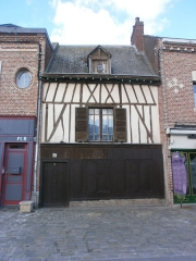 Onze maisons anciennes du quartier Saint-Leu - This building is inscrit au titre des Monuments Historiques. It is indexed in the Base Mérimée, a database of architectural heritage maintained by the French Ministry of Culture, under the reference PA80000055 .