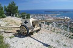 Tour Beaumont, située Colline du Mont-Faron, actuel Mémorial du débarquement en Provence -  Pièce de 75 mm allemande de la II° Guerre mondiale au mémorial du Mont Faron à Toulon (France)