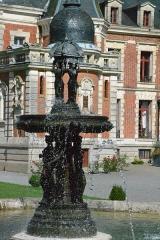 Domaine de Valmate - Français:   Château de Valmate: vue extérieure et fontaine.