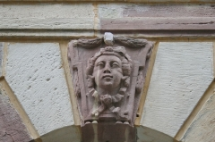 Bain Tempéré - Français:   Visage gravé sur les clefs de voutes des fenêtres du Bain Tempéré de Plombières-les-bains