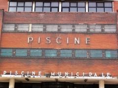 Usine élévatrice des eaux - English: Pantin, texte sur façade piscine municipale PA93000006