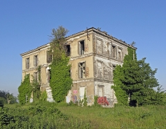 Ancienne usine Coignet - English: Francois Coignet house. First house in reinforced concrete, built in 1853. Historic monument since 1998. In a state of slow deterioration due to lack of maintenance.