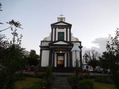 Eglise paroissiale de Saint-Benoît - Français:   Vue de la façade de l\'église de Saint-Benoît,à Saint-Benoît de La Réunion.