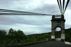 Pont suspendu de la rivière de l'Est -  Les câbles du pont suspendu de la rivière de l'Est vu depuis Saint-Benoît de la Réunion