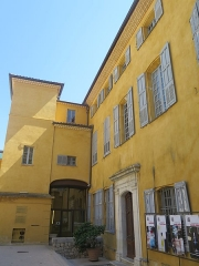 Maison du peintre Fragonard ou Villa Fragonard - This building is indexed in the Base Mérimée, a database of architectural heritage maintained by the French Ministry of Culture,under the reference PA00080735 .