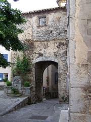 Rempart -  Porte médiévale du village de Levens (Alpes-Maritimes, France) à côté de la maison du Portal