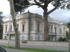 Propriété dite Le Palais Carnoles - English: The Palais Carnolès in Menton (Alpes-Maritimes, France). Seen from East side.