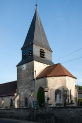 Eglise - English: Arsonval Church, cemetery in the foreground.