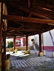 Halle - Deutsch: unter dem Vordach der Markthalle, Ervy-le-Châtel, Département Aube, Region Champagne-Ardenne (heute Großer Osten), Frankreich
